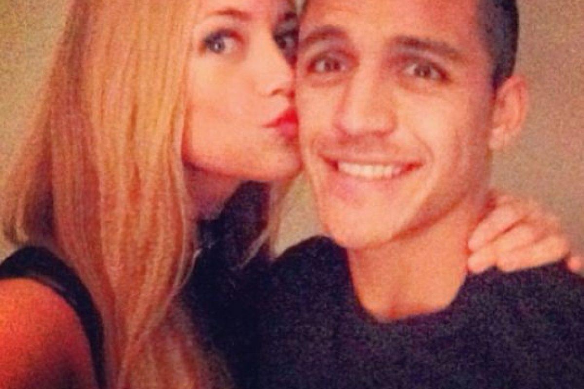 La pareja del chileno acapara miradas por sus ojos azules y su rubia cabellera Foto:Instagram: @laiyls. Imagen Por: