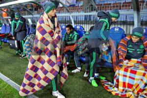 Los verdes optaron por cobijas, en el partido amistoso ante Holanda Foto:Twitter: @juanfutbol. Imagen Por: