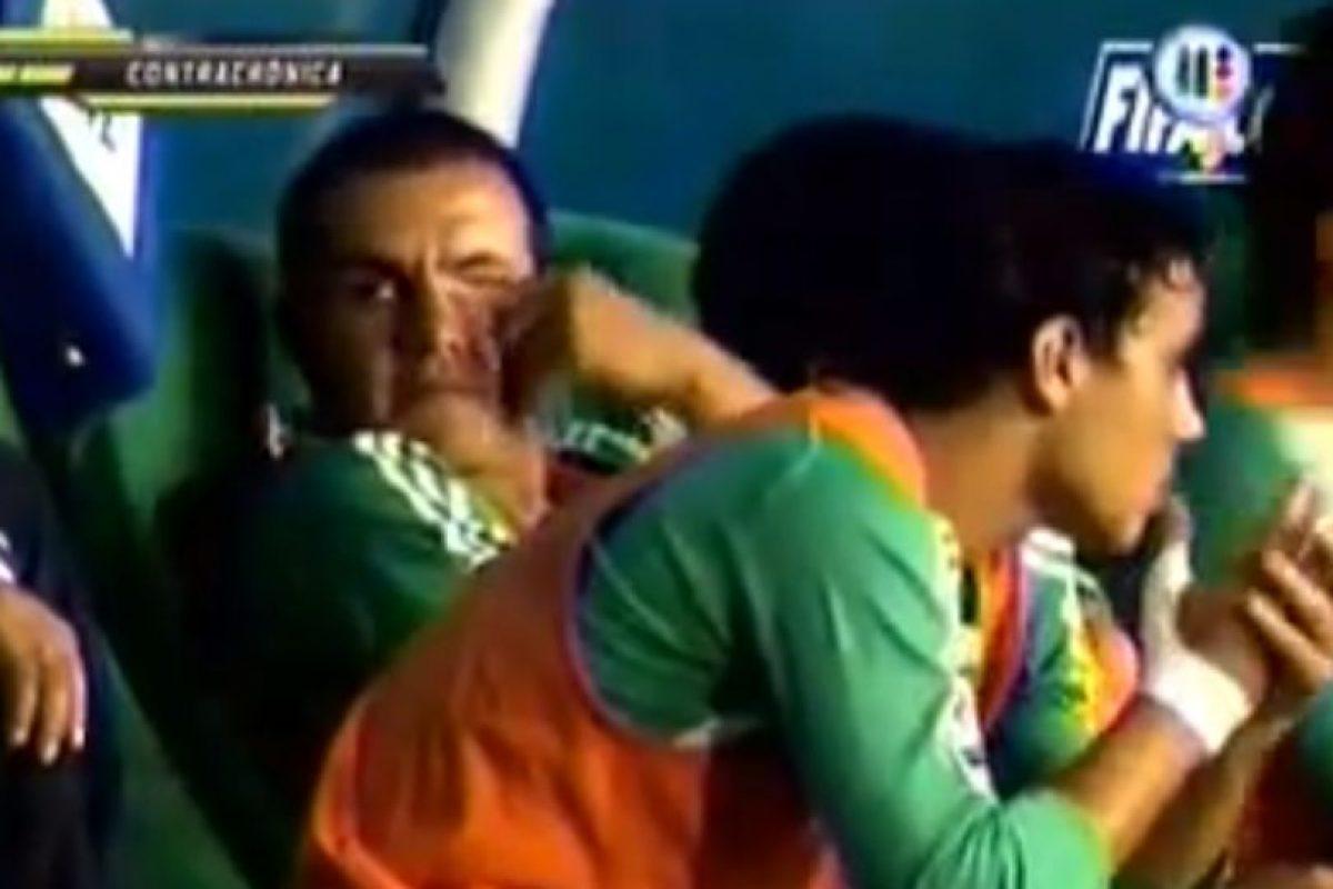 Y cuando le tocaba estar en el banquillo se aburría demasiado Foto:Youtube: Azteca Deportes. Imagen Por: