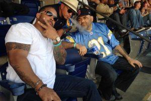 Rey Mysterio (centro), junto a los peleadores MVP y Konan Foto:Twitter: @Konnan5150. Imagen Por:
