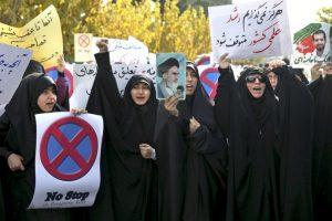En Teherán, estudiantes iraníes coreaban consignas para mostrar su apoyo al programa nuclear de Irán. Foto:AP. Imagen Por:
