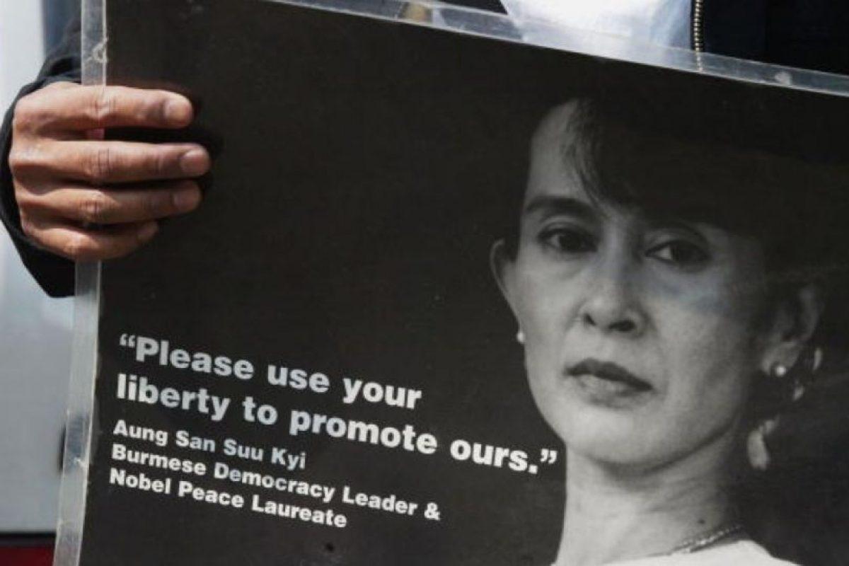 Aung Saan Su Kyi es una activista política birmana que fue arrestada por oponerse a la dictadura que imperó en su país desde 1962 hasta 2011 Foto:Getty Images. Imagen Por: