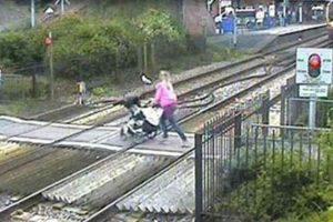 Cruzando el ferrocarril Foto:Facebook. Imagen Por: