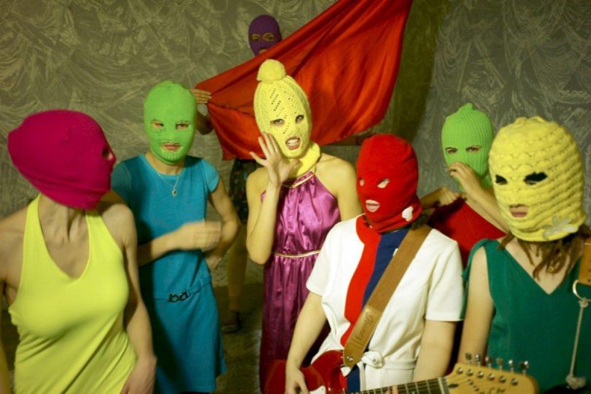 Pussy Riot: Este colectivo de punk feminista llamó la atención del mundo al tres de sus militantes ser arrestadas por cantar en una catedral contra el gobierno de Putin Foto:Wikipedia. Imagen Por: