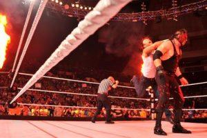 Con la máscara del Demonio Rojo de la Destrucción Foto:WWE. Imagen Por: