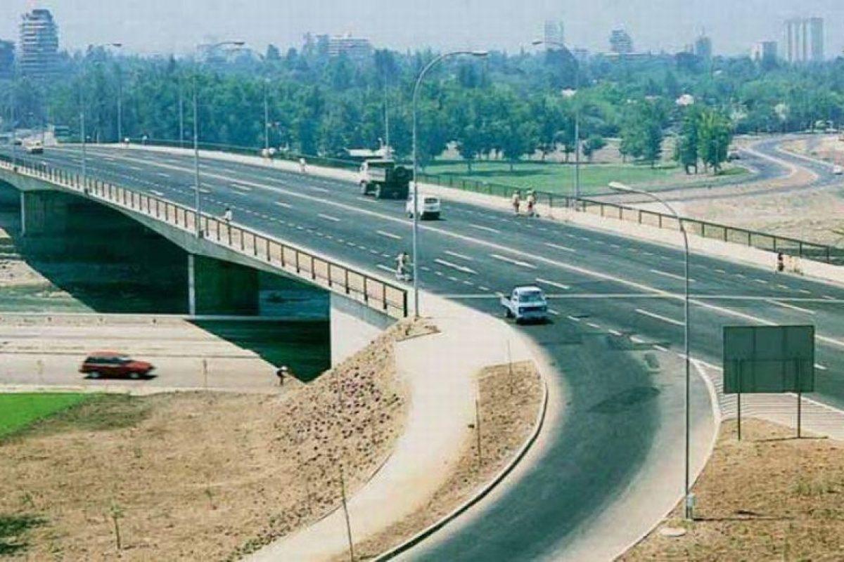 Panorámica del Puente Centenario sobre el río Mapocho, comuna de Vitacura en 1988.. Imagen Por: