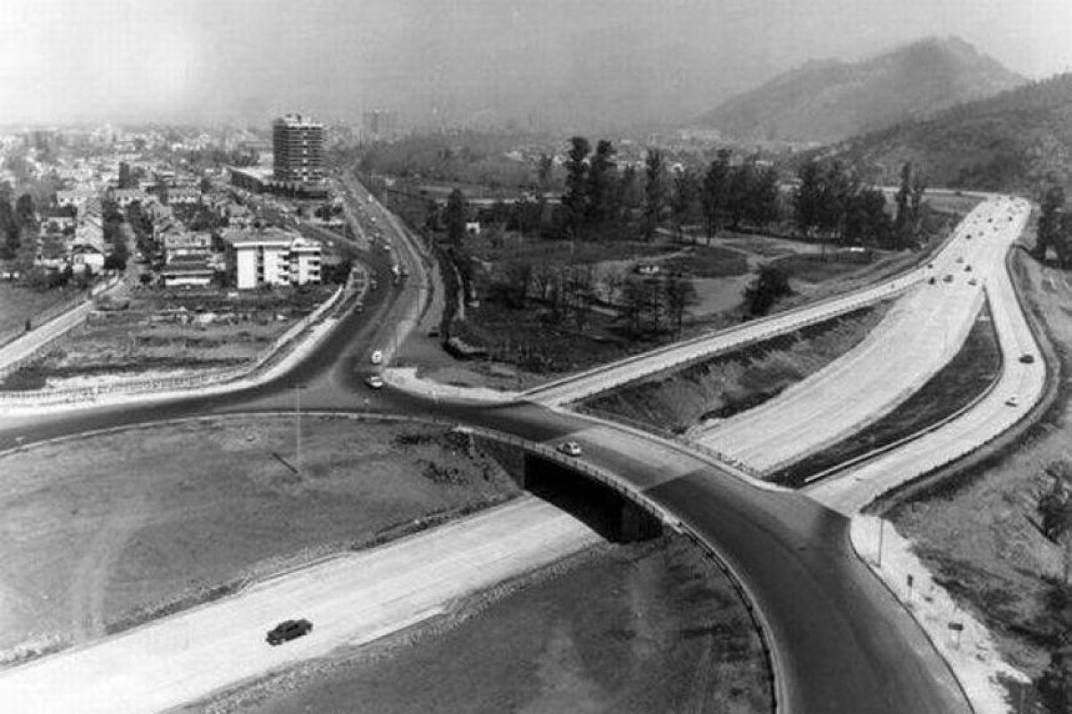 Vista de la rotonda Kennedy, hacia el Poniente en el año 1971. Foto:Fotos Históricas de Chile. Imagen Por:
