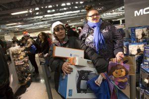 Una mujer también roció con gas pimienta a otros compradores con el propósito de alcanzar un Xbox. Foto:Getty. Imagen Por: