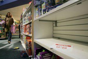 Estos madrugan y se apuestan desde tempranas horas frente a las tiendas para adquirir los artículos en oferta. Foto:Getty. Imagen Por: