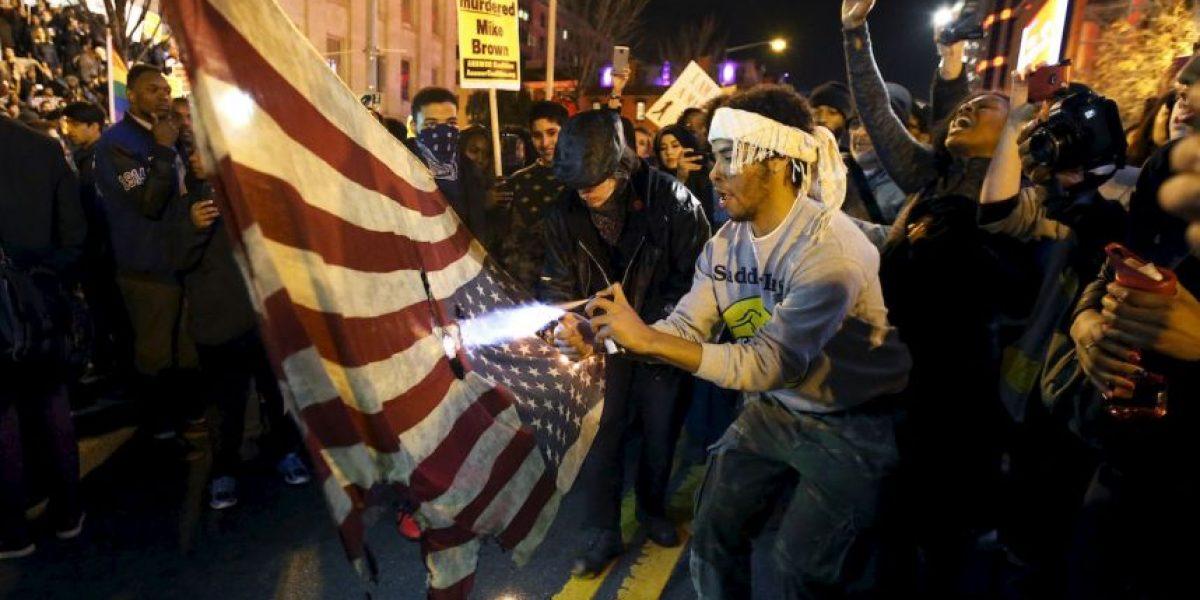 FOTOS: Queman banderas durante manifestaciones sobre caso de Ferguson