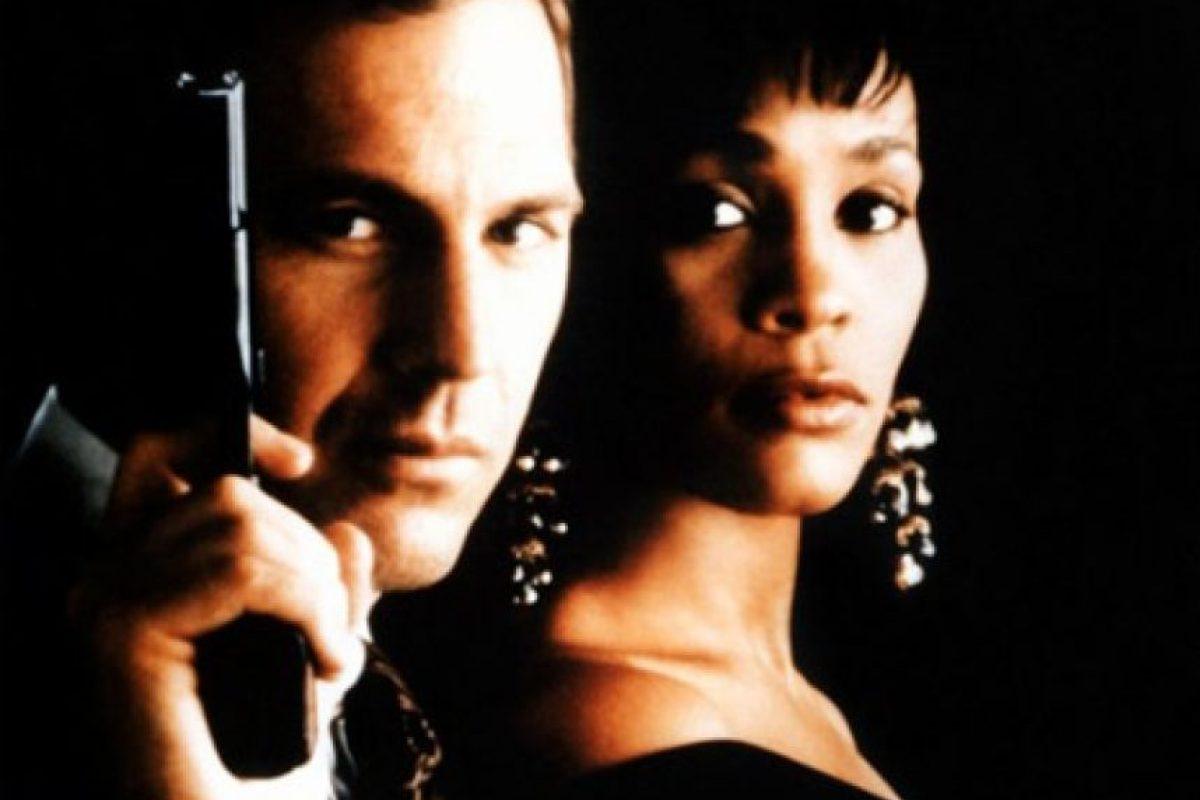 Whitney Houston confesó que sí trataron de matarla en la vida real, en una entrevista de 1992. Foto:Warner Bros. Imagen Por: