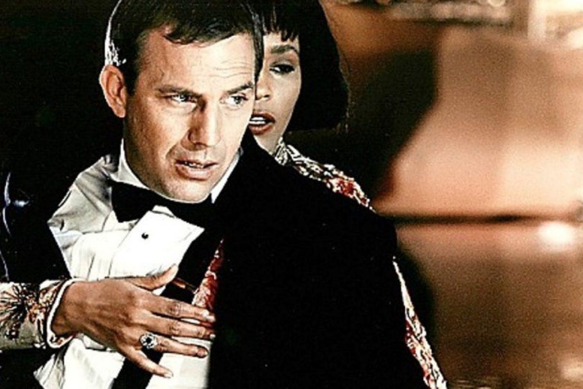Whitney Houston tenía miedo de no saber actuar. En una entrevista para la Rolling Stone dijo que tenía miedo de no hacerlo bien ya que coprotagonizaba con Kevin Costner. Pero este la ayudó a hacer un buen trabajo actoral. Foto:Warner Bros. Imagen Por: