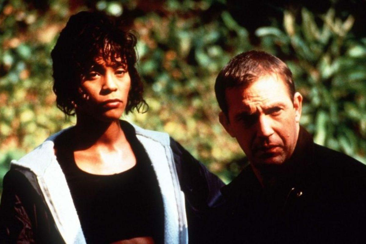 """Kevin Costner fue el que le sugirió a Whitney Houston cantar """"I will always love you"""". Otros dos temas que aparecen en la película fueron nominados al Óscar Foto:Warner Bros. Imagen Por:"""