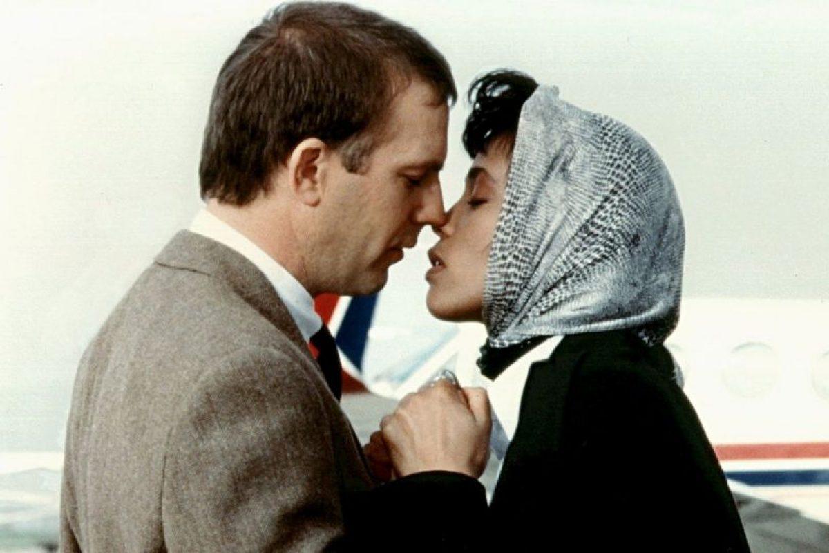Su compañero sería Steve McQueen, pero aún en los años 70 era mal visto mostrar relaciones interraciales en el cine. Foto:Warner Bros. Imagen Por:
