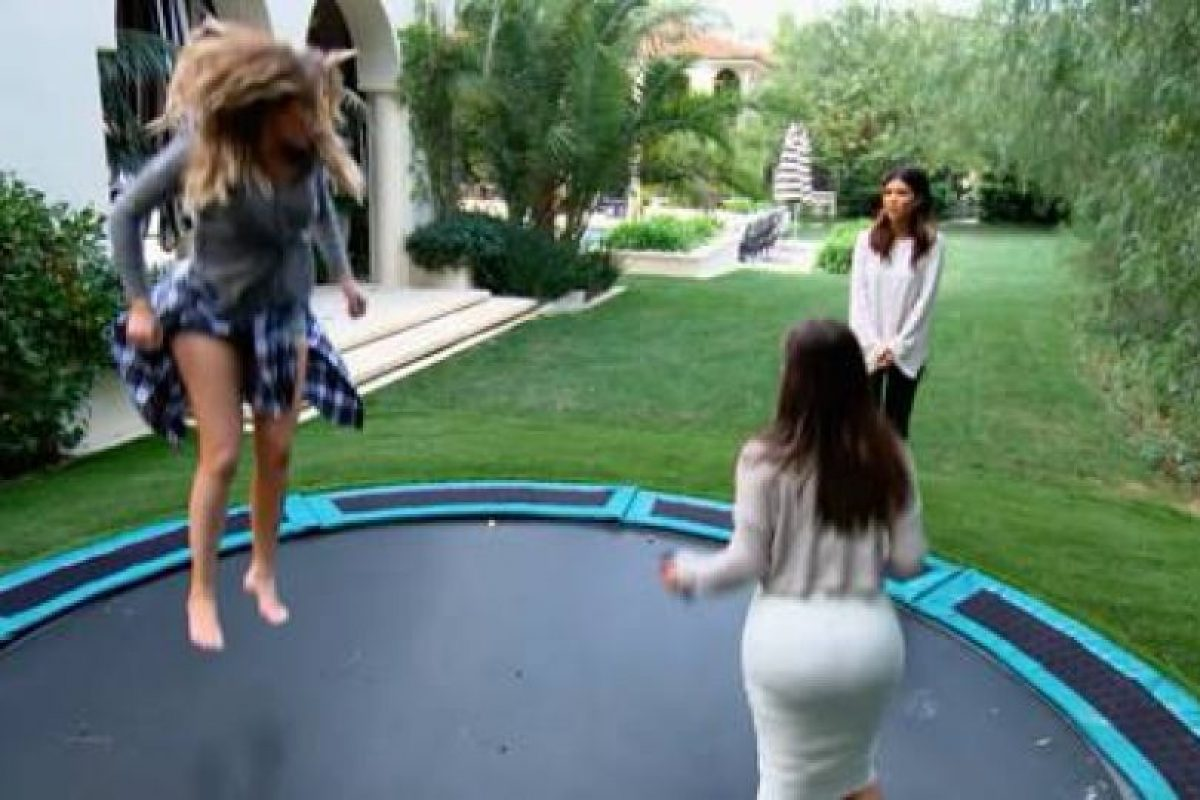 Las hermanas saltando Foto: Facebook/Keeping Up With The Kardashians on E!. Imagen Por: