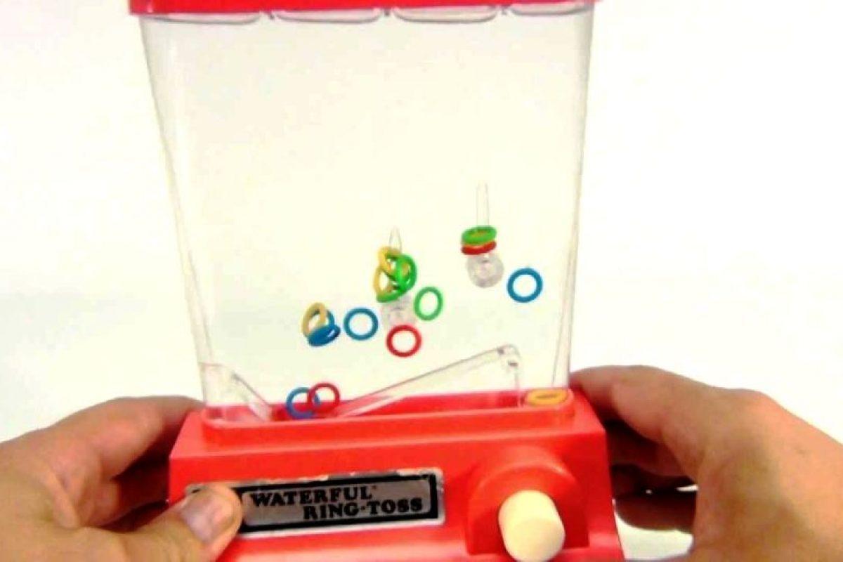 Argollas, botones y agua petmitieron horas de entretenció. Foto:Reproducción. Imagen Por: