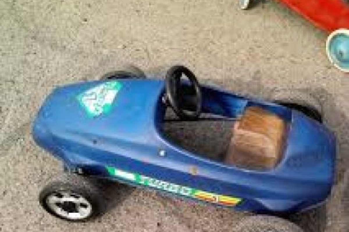 Cuando los niños pasaban horas jugando en la calle, los autitos a pedales eran los protagonistas. Foto:Reproducción. Imagen Por: