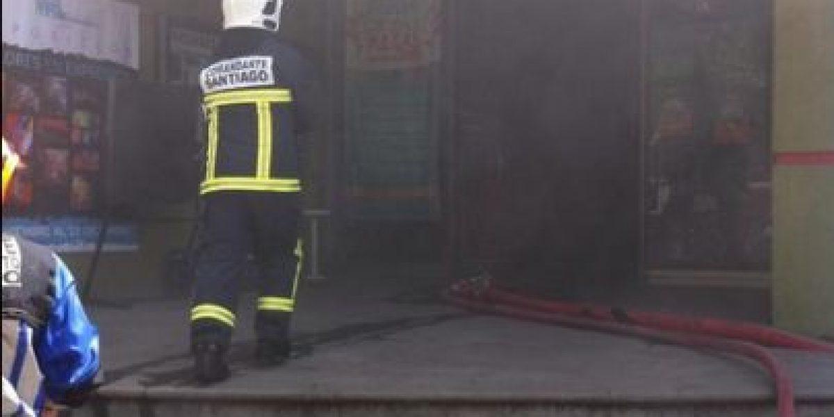 Incendio en concurridas avenidas capitalinas movilizan a voluntarios de bomberos en Providencia y Santiago Centro