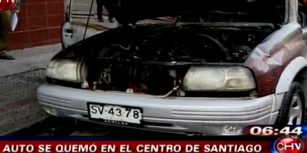 Un auto explotó en el centro de Santiago tras ser robado: no querían dejar evidencias