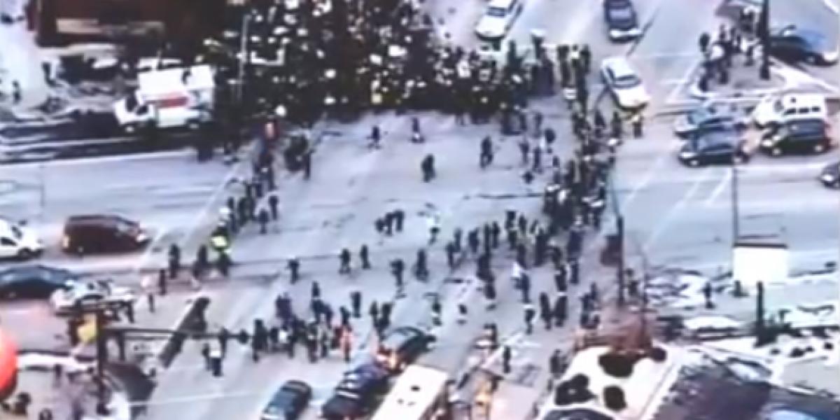 Conductor se harta de los manifestantes y los atropella