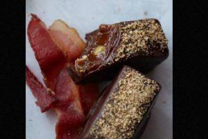 Además, una de sus creaciones más excéntricas es la colección Chocolate Bacon. Se trata de una trufa oscura con leche de tocino y crema orgánica, espolvoreada con cacao en polvo. Este dulce tiene un costo de 69 dólares por cada 500 gramos. Foto:Vosges..chocolate.com. Imagen Por:
