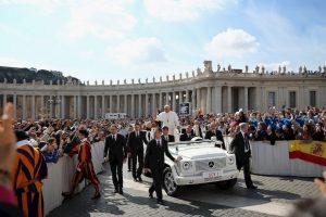 De acuerdo a lo publicado por la revista TIME en 2013, Francisco utiliza un coche usado para transportarse dentro del Vaticano Foto:Getty Images. Imagen Por: