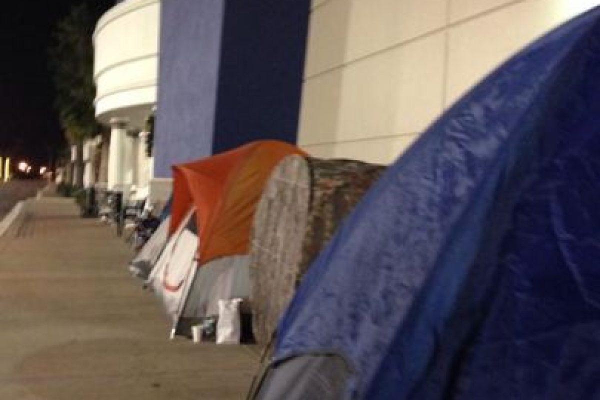 La gente acampó desde la madrugada del jueves en las afueras de los establecimientos comerciales Foto:Twitter. Imagen Por: