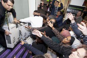 Las personas se descontrolan por lograr comprar uan oferta Foto:AP. Imagen Por: