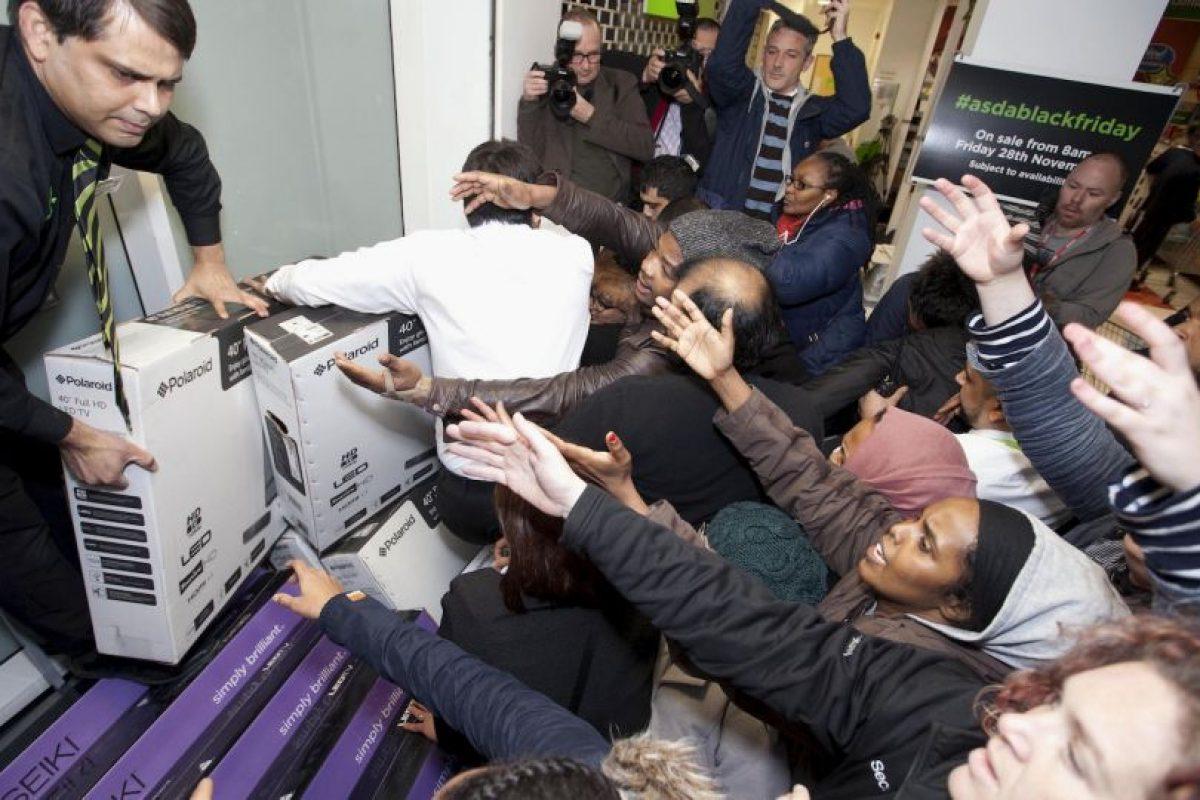 El frenesí por las compras se extendió también a Inglaterra Foto:AP. Imagen Por: