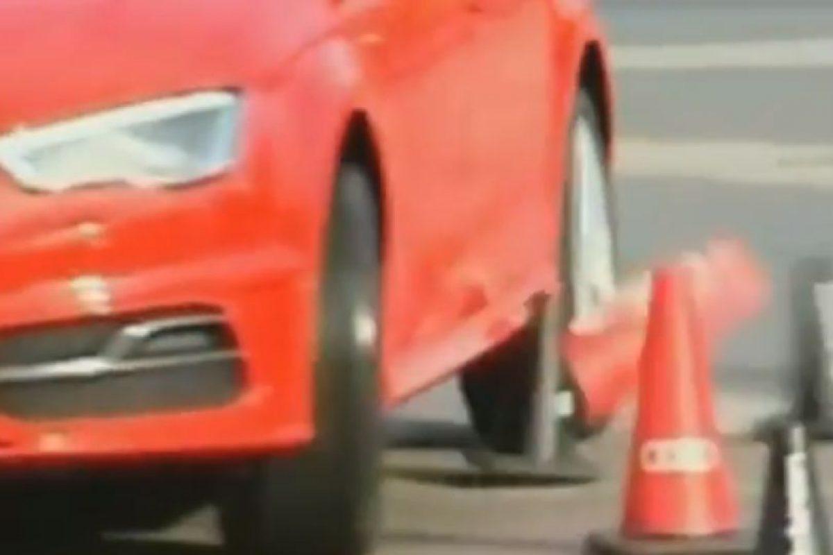 El español tiró unos conos Foto:Youtube: FNTV – FootballNewsTV1. Imagen Por: