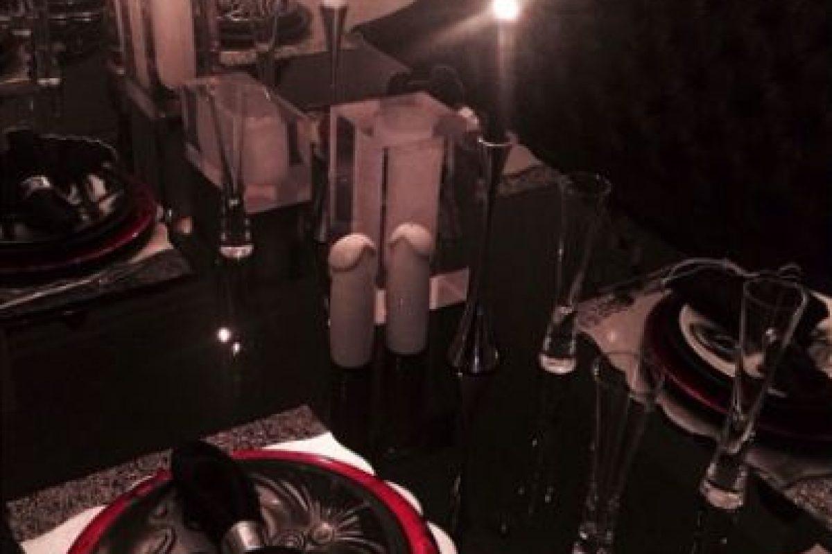 La mesa de Rihanna fue decorada con velas que resaltaban en el color negro de la vajilla Foto:Instagram. Imagen Por: