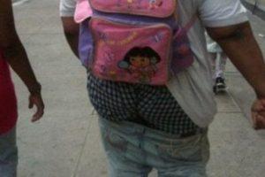 Los pantalones y la mochila de Dora son detalles de fina coquetería. Foto:Poorly Dressed. Imagen Por: