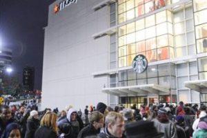 Largas filas en las afueras de las tiendas Foto:AP. Imagen Por: