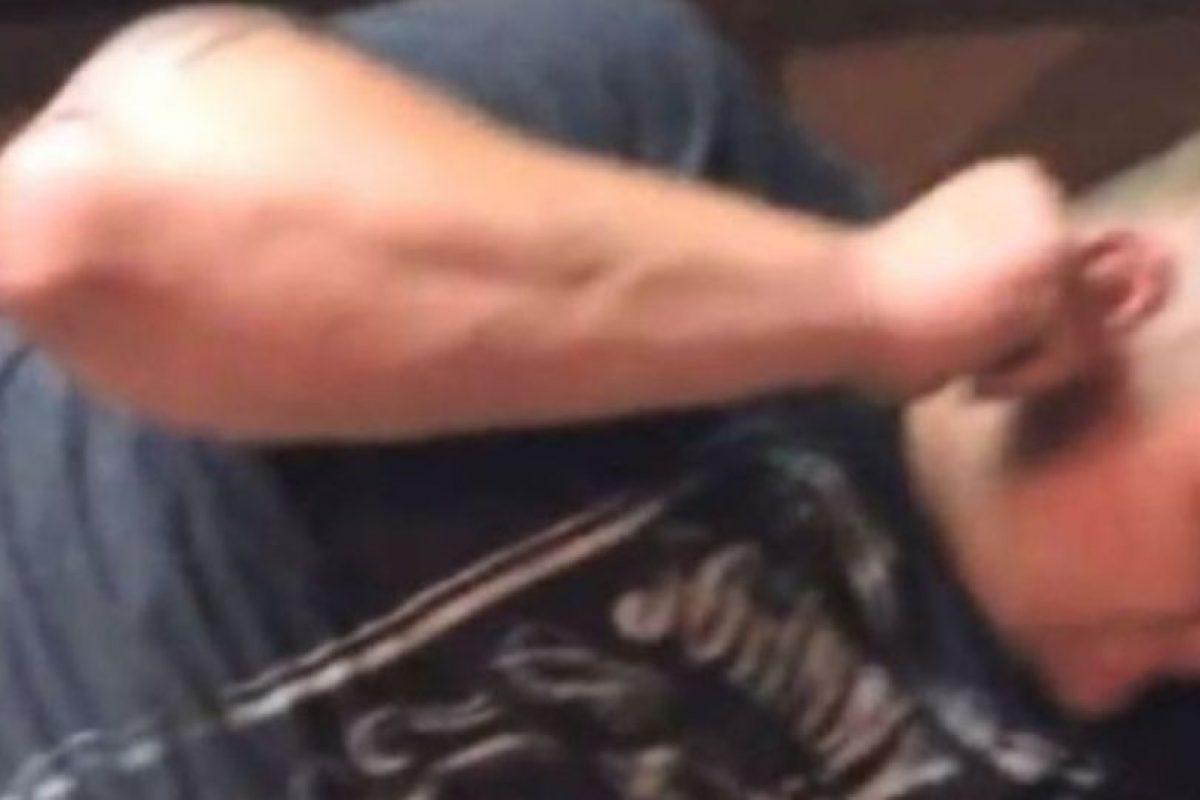 Un hombre tenía una gran polilla en su oreja Foto:Youtube. Imagen Por: