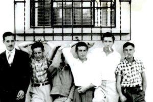 """Comenzó en los años 50 con guiones para la televisión mexicana. Su apodo vino del director Agustín Delgado, quien españolizó el nombre de """"Shakespeare"""", ya que la escritura de Bolaños se le asemejaba a la del autor inglés. Foto:Roberto Gómez Bolaños/Facebook. Imagen Por:"""