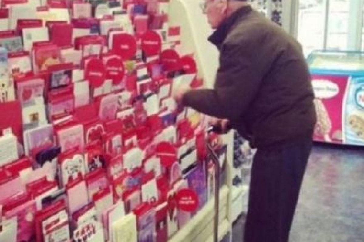Sigue yendo a comprar las medias de su esposa… ¿Por qué no? Foto:Tumblr.com/Tagged/amor-abuelos. Imagen Por: