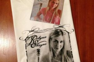 Y mercancia que vende en sus presentaciones Foto:Facebook/Robynn Shayne. Imagen Por:
