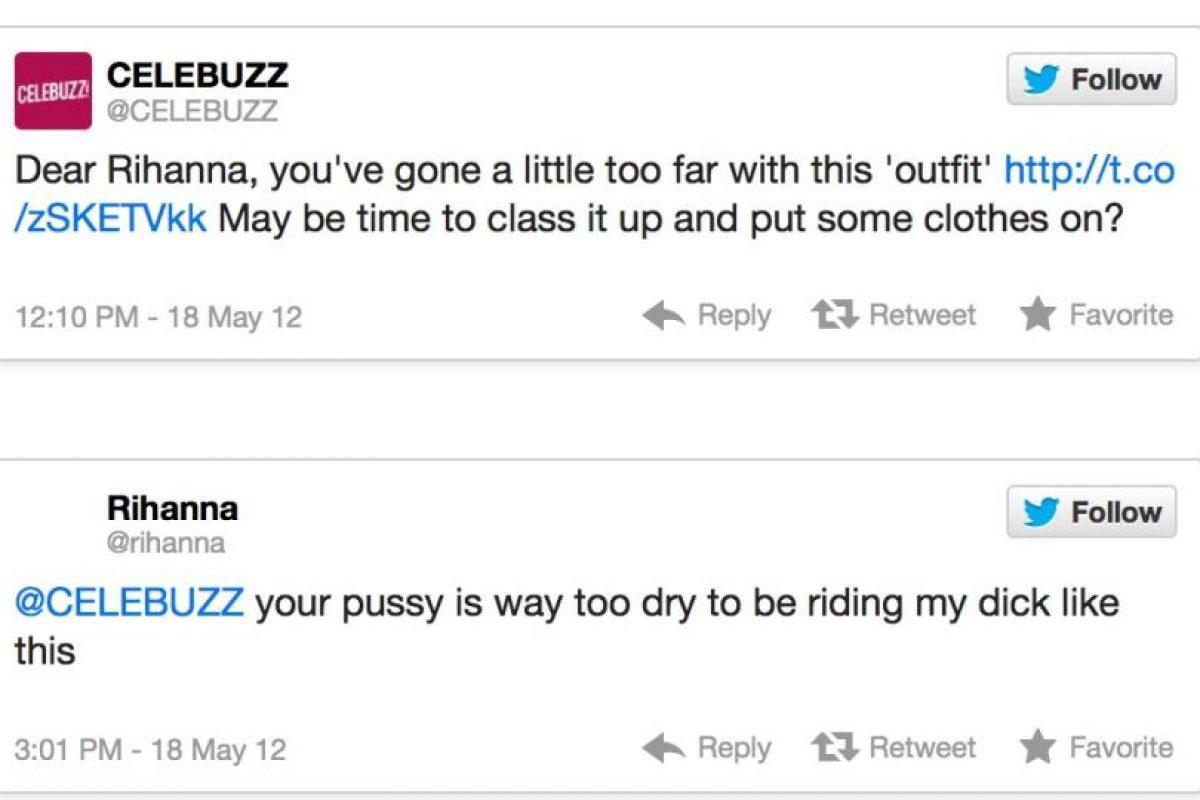 """Celebuzz postea una foto de Rihana diciendo: """"Fue un poco lejos con esta ropa. Debería ponerse ropa encima"""". Rihanna responde: """"Sus vaginas están muy secas para estar sobre mi p*"""" Foto:Twitter. Imagen Por:"""