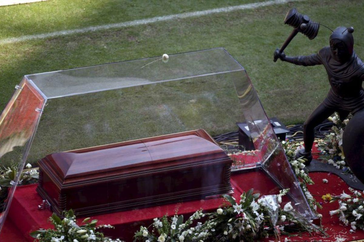 El féretro que transportaba el cuerpo de Roberto Gómez Bolaños haciendo su ingreso al estadioo Azteca Foto:AFP. Imagen Por: