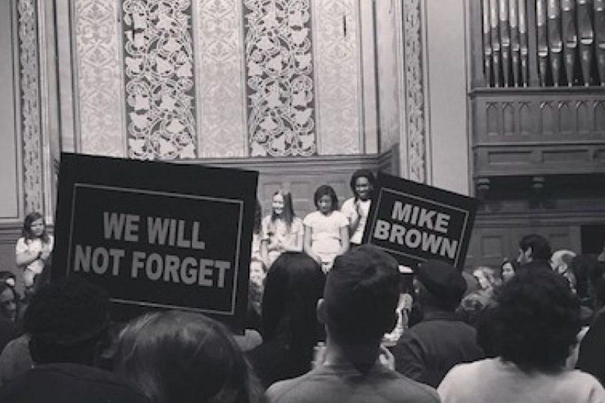 Uzo Aduba, actriz de la serie Orange is the New Black, compartió esta imagen del mitin realizado por los padres de Michael Brown Foto:Instagram. Imagen Por: