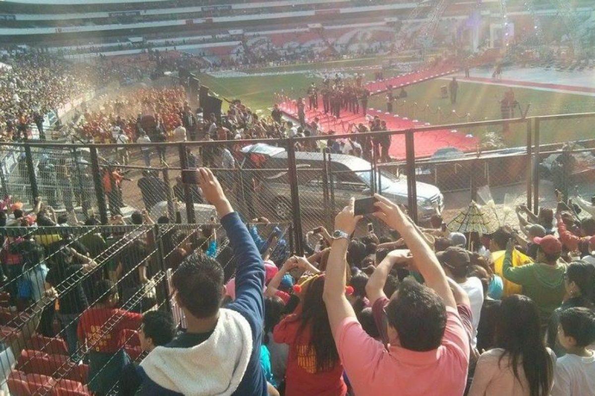 El féretro de Roberto Gómez Bolaños dio una vuelta olímpica al Azteca Foto:Nicolás Corte. Imagen Por: