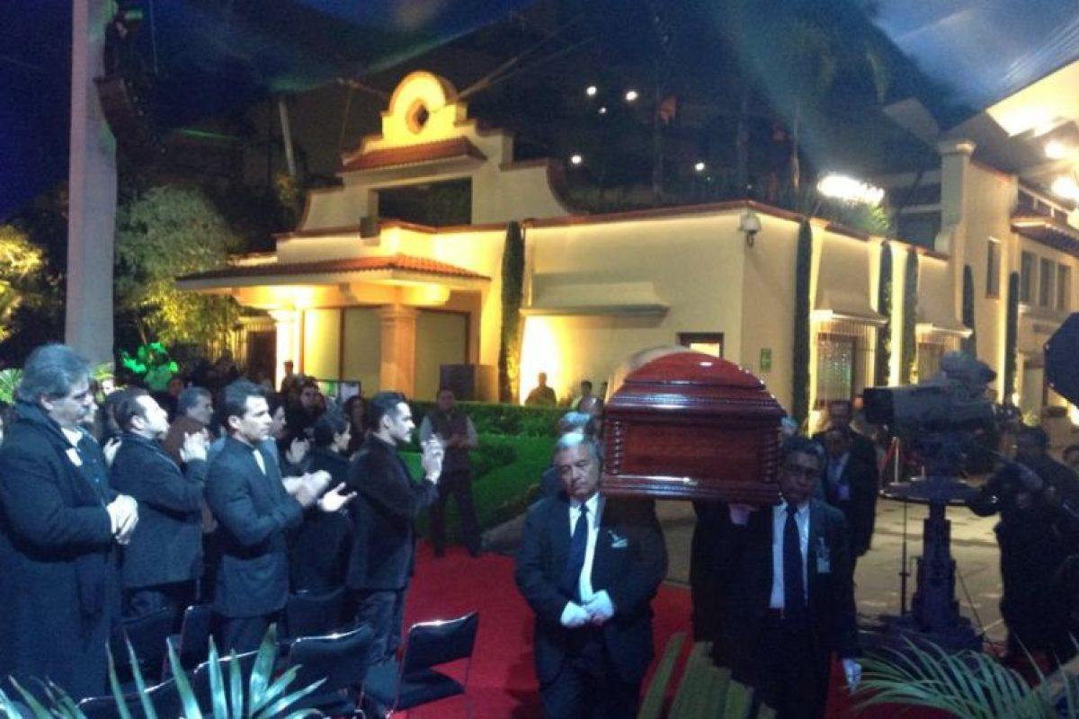 Asistentes aplauden ante el cuerpo de Bolaños. Foto:Facebook/Televisatelevisionmx. Imagen Por: