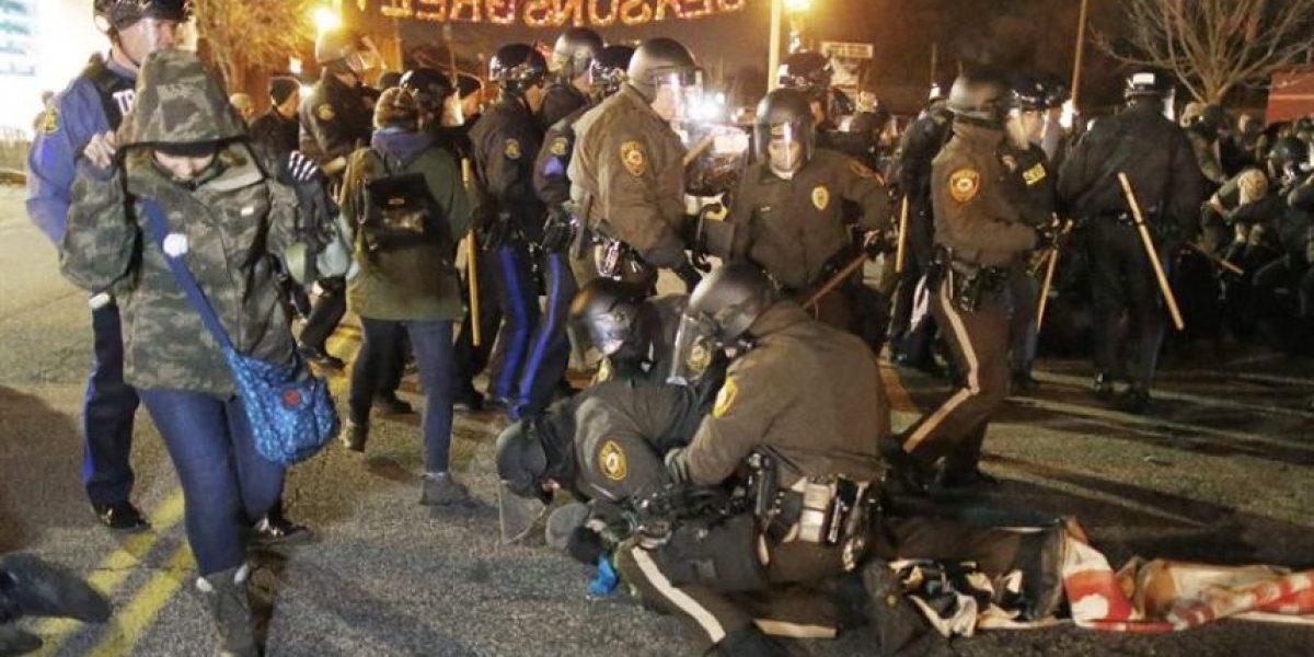 Renuncia policía que mató a joven negro en Ferguson y quedó libre de cargos