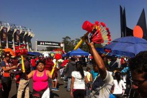 La gente se reunió desde temprano en la entrada del Azteca Foto:Nicolás Corte. Imagen Por: