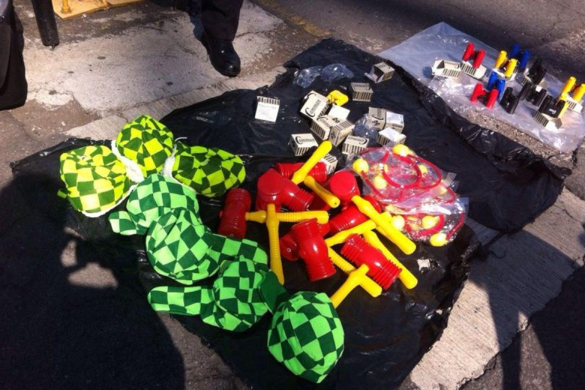 Chipotes chillones y gorros del Chavo, la gente compró todo. Foto:Nicolás Corte. Imagen Por: