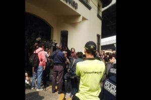 Medios de todo el mundo y seguidores del comediante esperaban en las afueras de las instalaciones del canal de TV. Foto:Twitter/Teleantioquia. Imagen Por: