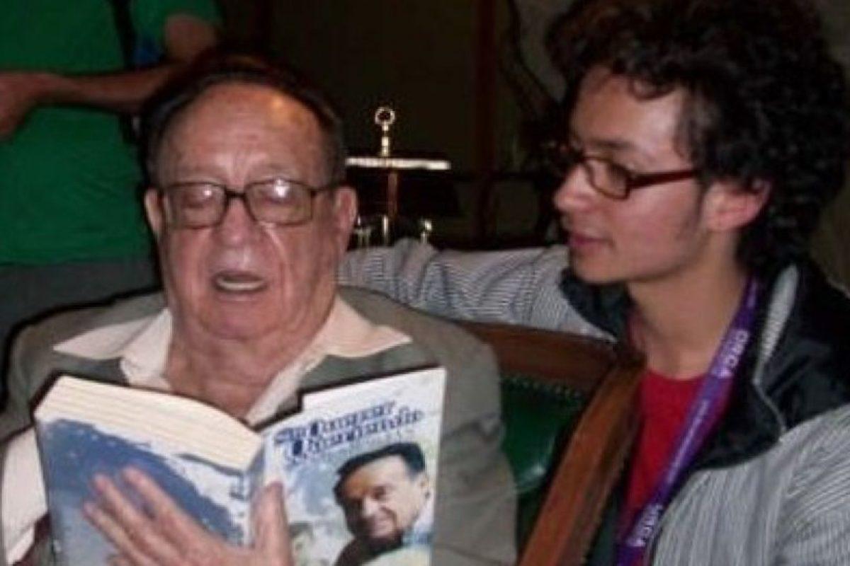 Luis Carlos Ávila, joven escritor colombiano que conoció a Chespirito en 2009. Este le dijo en aquella ocasión que se parecía a su nieto y autografió su libro. Foto:Cortesía. Imagen Por: