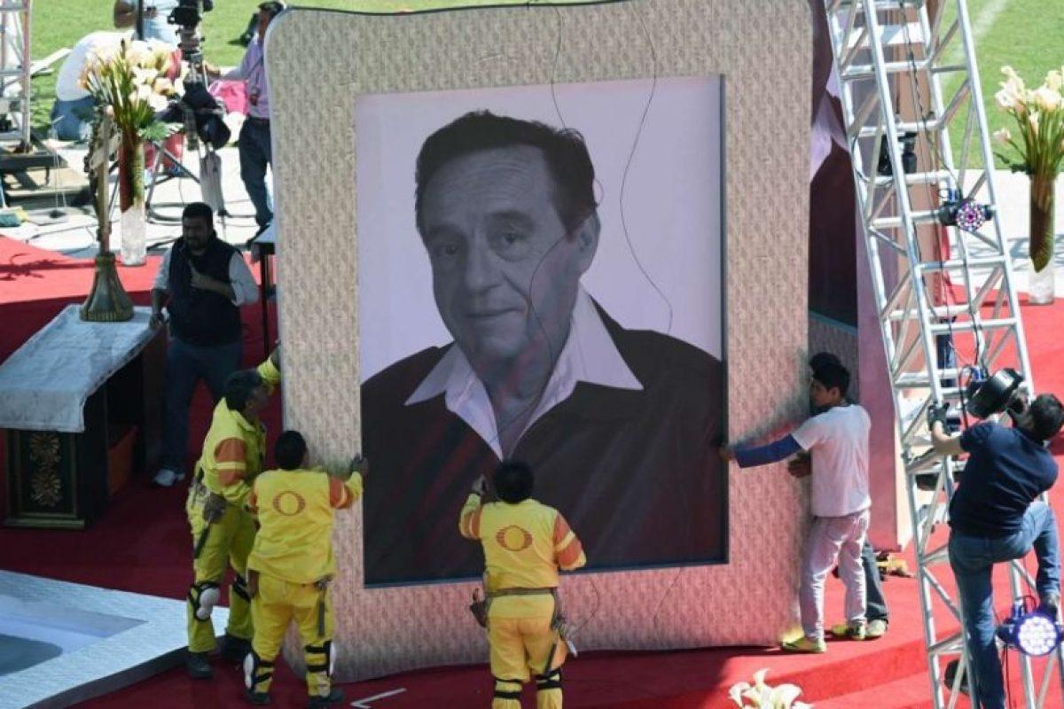 Chespirito tuvo un homenaje privado en Televisa y luego su cuerpo fue trasladado al estadio Azteca, donde se le homenajeó con una ceremonia religiosa y mariachis Foto:Twitter/TelevisaTvMX. Imagen Por: