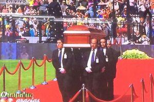 Chespirito tuvo un homenaje privado en Televisa y luego su cuerpo fue trasladado al estadio Azteca, donde se le homenajeó con una ceremonia religiosa y mariachis Foto:Televisa. Imagen Por: