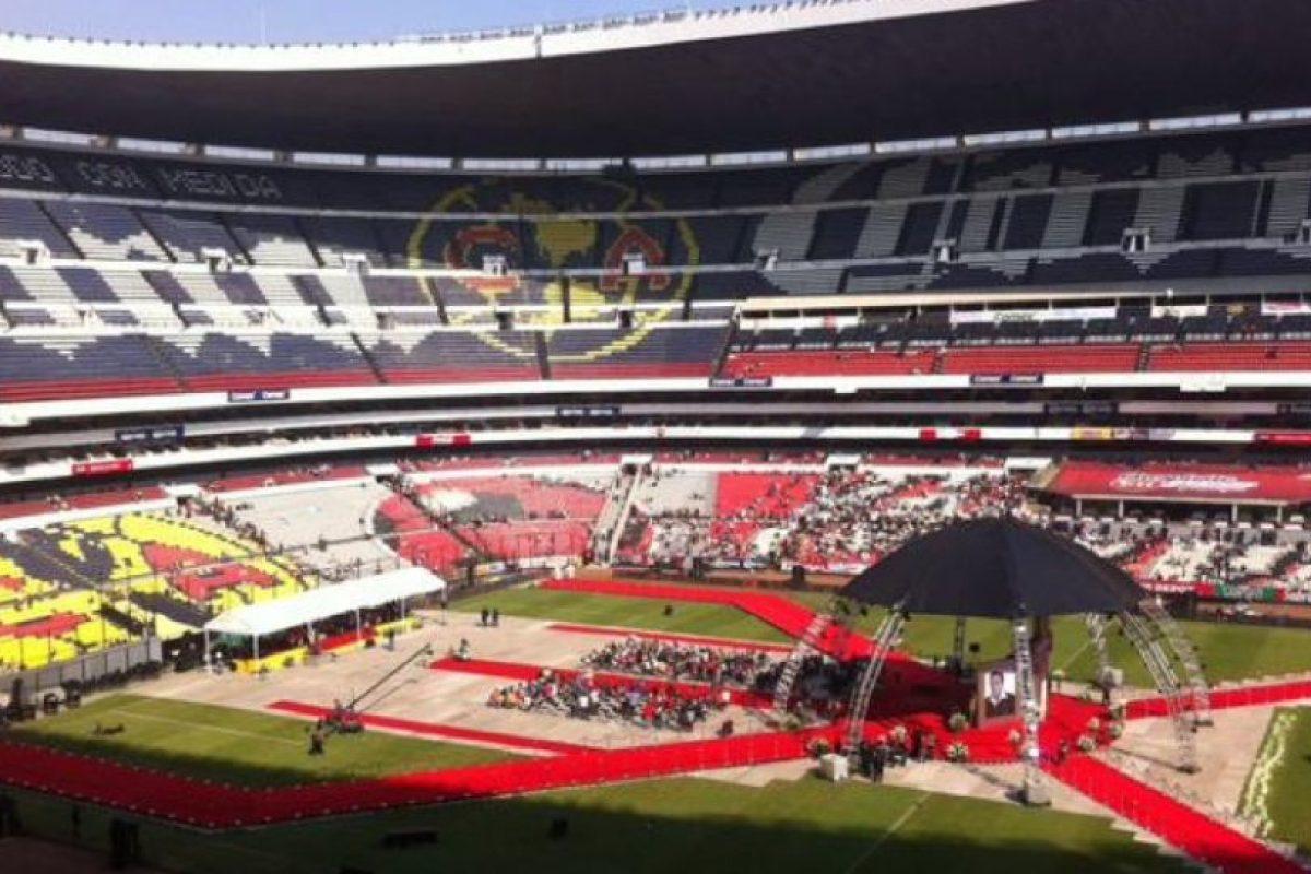 Chespirito tuvo un homenaje privado en Televisa y luego su cuerpo fue trasladado al estadio Azteca, donde se le homenajeó con una ceremonia religiosa y mariachis Foto:Nicolás Corte/Publimetro México. Imagen Por: